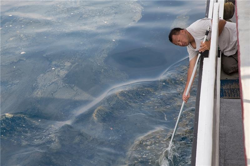 黑潮團隊攝影師金磊行經高雄外海垃圾熱點拍攝水下畫面。
