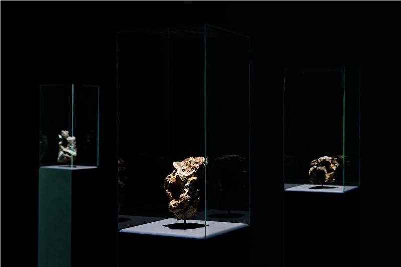 朱利安.夏利耶,《變質岩》,2016,人造熔岩、熔化的電子垃圾,每座170×30×30公分