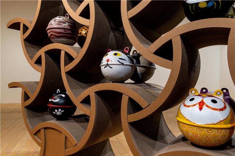 阿列克斯.布爾達科夫,《貓抓板》,2018,現地製作裝置、貓浮球等,230×270×60公分