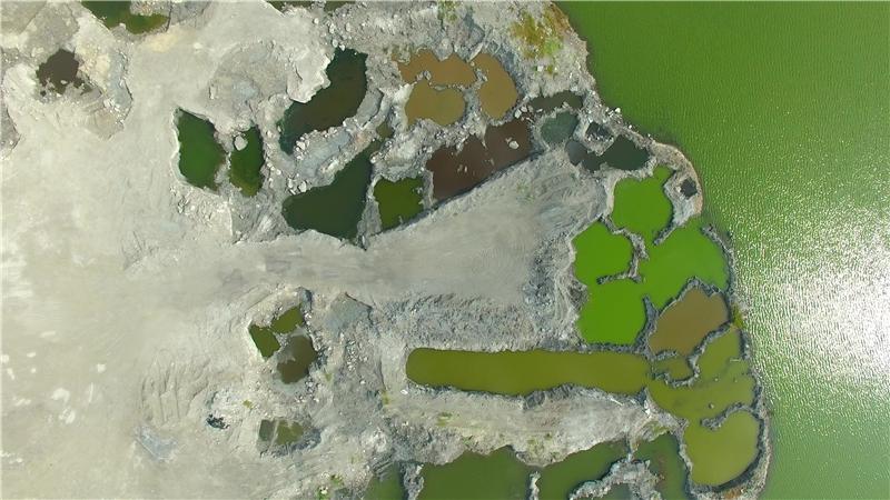 晁瑞光,《土地的臉譜》,2018,攝影。 臺南市安清路。焚化爐底渣、汙泥回填的魚塭。一個坑洞一種顏色,代表不同的成分。