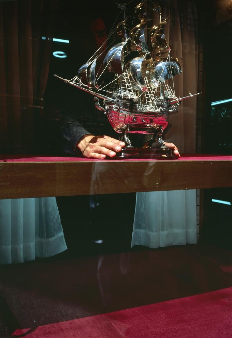 珠寶店,普林西比街。 亞倫.瑟庫拉,《魚的故事》,第五章〈瓶中信〉,1992–1994,攝影