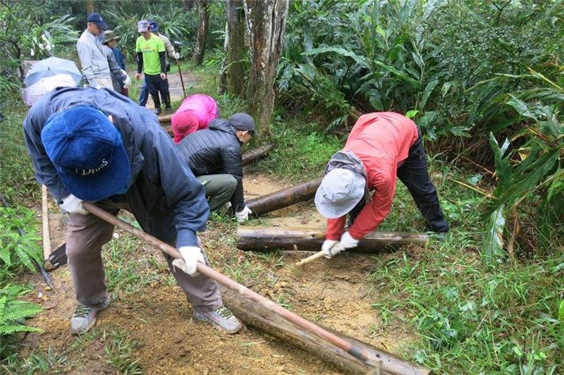 2017年中埔山手作步道活動,志工協助土木階梯施作
