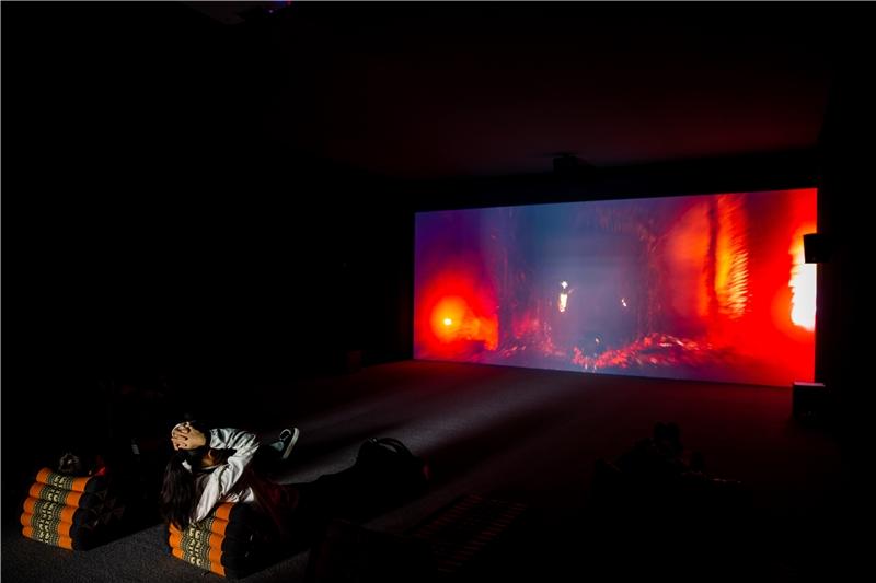朱利安.夏利耶,《一場消失的邀請》,2018,錄像裝置,彩色、有聲,聲音:Inland;杜比數位5.1,片長76分44秒,循環播放