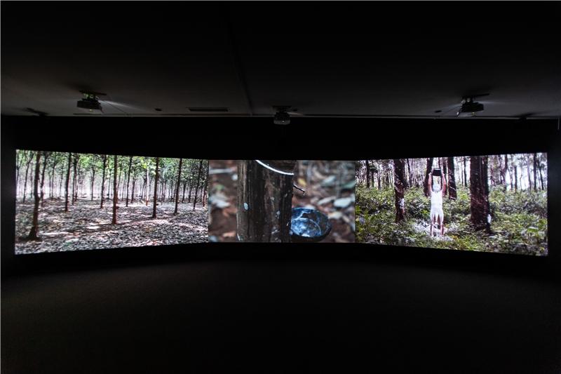 柯艾桑南,《橡膠人》,2014–2015,三頻道錄像裝置,彩色、有聲,片長4分鐘,循環播放。Jeu de Paume、CAPA、FNAGP共同製作