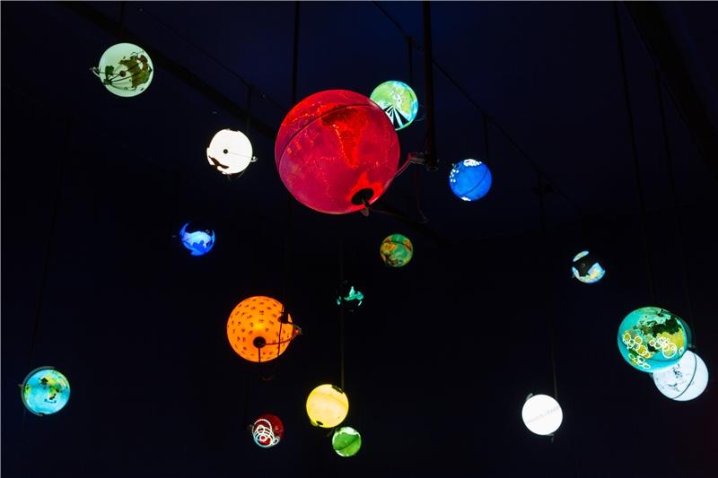 英果.古騰,《世界處理器》,1988迄今,發光地球儀,每顆直徑30公分。藝術家、佛羅倫斯Nova Rico SpA、東京P3 art and environment提供