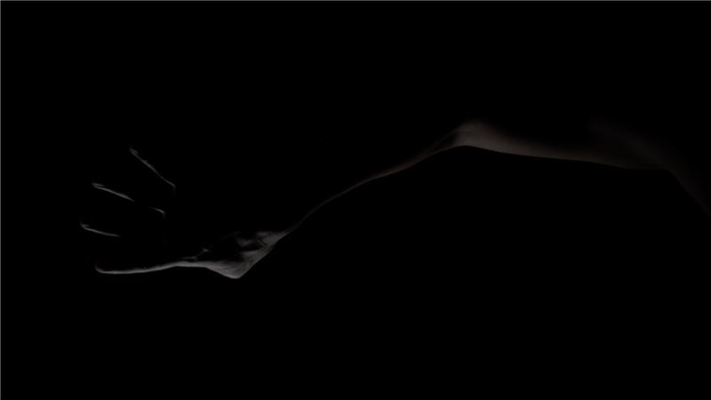 區秀詒,《椰林、檳城艷與情報員的生死戀情:一次放送計畫》,2018,三頻道錄像、聲音裝置,尺寸視空間而定