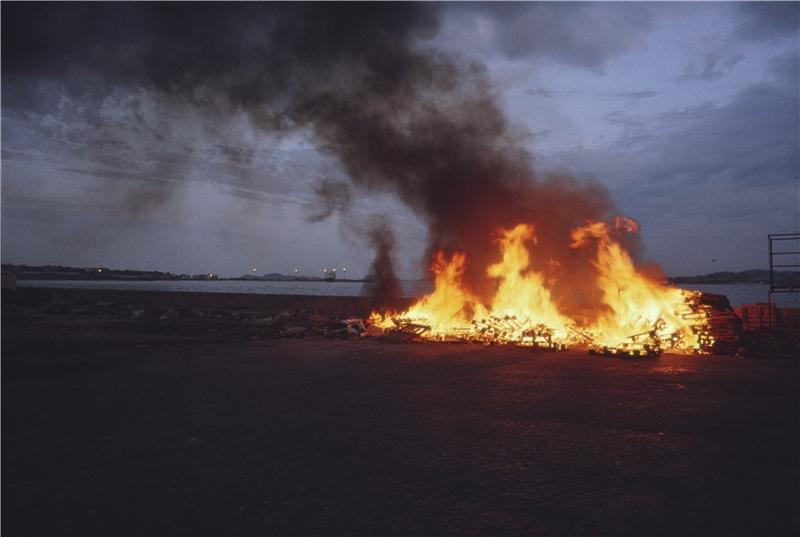 棧板之火,漁港。 亞倫.瑟庫拉,《魚的故事》,第五章〈瓶中信〉,1992–1994,攝影