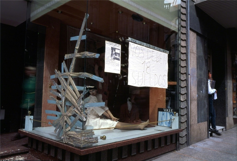 女店員占據了店鋪十八個月,普林西比街。 亞倫.瑟庫拉,《魚的故事》,第五章〈瓶中信〉,1992–1994,攝影